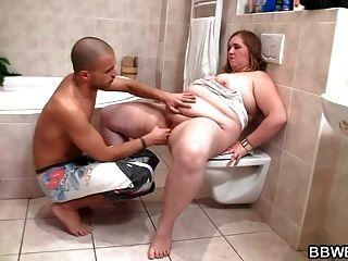 호색한 남자가 목욕탕에있는 거대한 플러머를 엿 먹어.