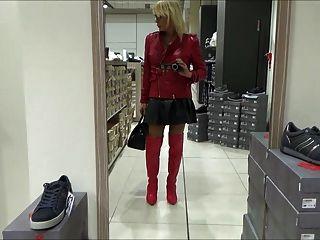밀라노에서의 순결 쇼핑에 섹시한 암캐