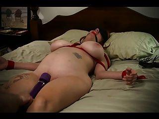 노예 소녀는 침대에 묶여 오르가즘에 맞았다.
