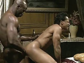 큰 흑인은 검은 웨이터를 망 쳤어.