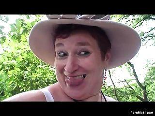 숲에서 재미있는 bbw 할머니