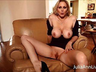 busty blonde milf julia ann 손가락 그녀의 여자!