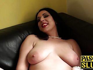 뜨거운 유부녀 할리 죄가 그녀의 젖은 음부에 성 장난감을 문질러 댔다.