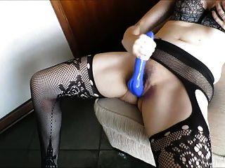 wyfe는 오르가슴에 그녀의 아름다운 파란 거시기를 치다