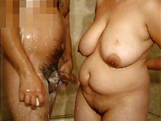 샤워에 큰 가슴과 나 성숙한 여인