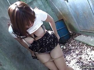 그녀의 젖은 음부가 하루 중반에 문질러서