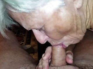 할머니는 거시기를 빨아하는 방법을 잊지 않았다