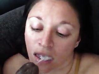백인 여자는 그녀의 입에 검은 거시기가 너무 거칠다.