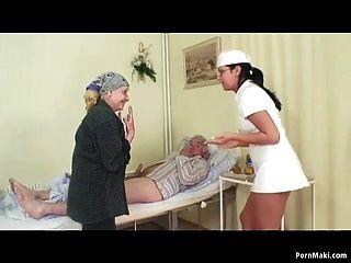 할머니는 병원에서 할아버지가 간호사를 지켜 보는 것을 지켜 봤습니다.