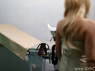 Gyno 의자에 금발 머리카락을 던지다.