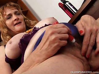 슈퍼 귀여운 통통한 옛 spunker 그녀의 뚱뚱한 여자를 섹스 사랑한다.