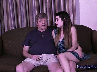 아나스타샤 장미는 할아버지가 아닌 사람에 의해 괴롭힘을 당한다.
