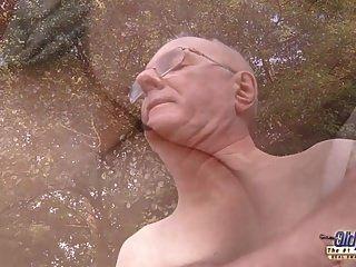 운이 좋은 오래된 낡아 빠진 그의 변태 뜨거운 부자 젊은 암캐를 고글입니다