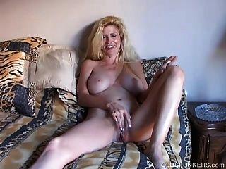섹시한 옛 spunker 연기와 그녀의 육즙이 음부와 재생