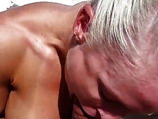 매우 뜨거운 근육 여자 보트에 좆