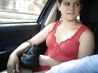 이탈리아 창녀가 자동차에서 물 렸습니다.