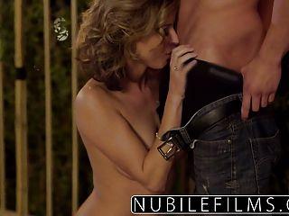 nubilefilms 야외 로맨스 뜨거운 섹스로 연결