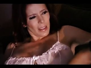 섹시한 라틴 이모가 그녀의 임차인을 유혹합니다.