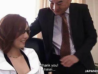 그녀의 상사에 의해 정중하게 잡히는 아시아 아기