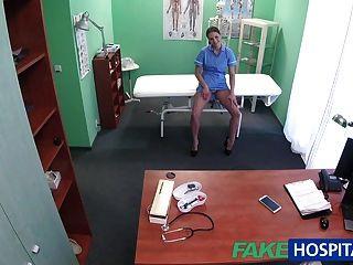 가짜 병원 의사가 큰 가슴으로 섹시한 간호사를 부르다.