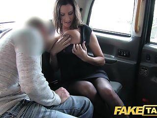 가짜 택시 뜨거운 가슴 아내는 그녀의 가슴 위에 엄청난 정액 샷을 얻습니다.