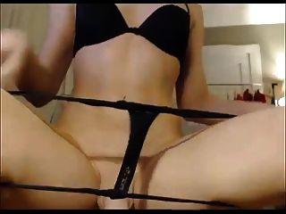 그녀의 엉덩이를 보여주는 아마추어 tranny \u0026 거시기
