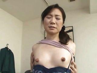 거대한 젖꼭지가있는 마른 아시아 인