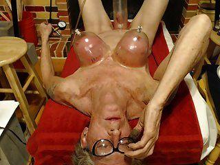 젖꼭지와 젖꼭지는 오르가슴을 펌핑