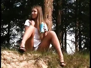 큰 clit와 여자는 야외에서 함께 오줌을 닫습니다.