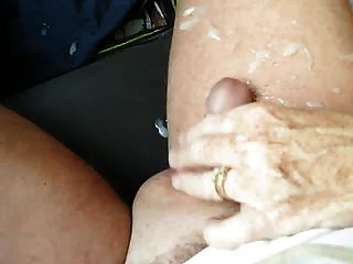 아내는 자동차에서 주무르기를 준다.
