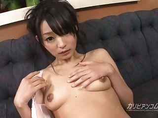 konoha 손가락 fucks 및 관능적 인 방법으로 그녀의 젖은 음부를 장난감