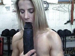근육질 성숙한 클레어는 체육관에서 거대한 딜도 라구 딜도를 잤어.