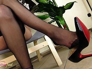 뜨거운 tgirl masturbates 검은 나일론에 그녀의 발을 보여주는