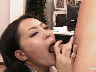 섹시 비서는 입과 발로 수탉과 함께 활약