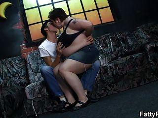 뚱뚱한 소녀는 그의 흥분 골탕을 타다.