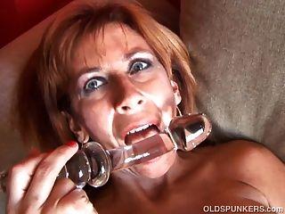 슈퍼 섹시한 옛 spunker 그녀의 젖은 젖은 음부 섹스를 사랑한다.
