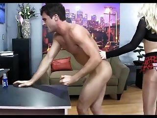 뜨거운 마른 금발 strapon 그녀의 하위 남성 섹스