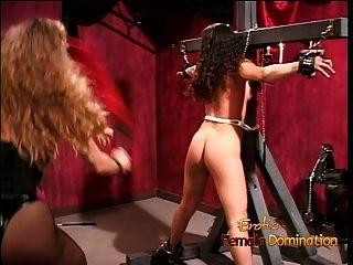 사랑스러운 갈색 머리는 그녀의 귀여운 엉덩이를 휘저어 서 열심히 욕했습니다.