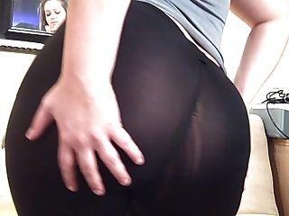 스판덱스 요가 바지를 통해 두꺼운 엉덩이를 볼 수 있습니다.