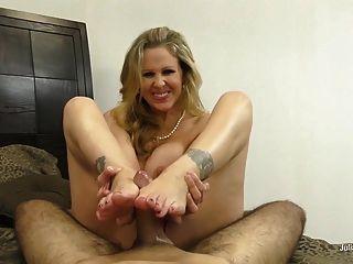 줄리아 Ann은 각질이 있고 발목을 준다!