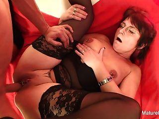 펑키 피어싱 할머니는 빨아 \u0026 섹스를 사랑한다.