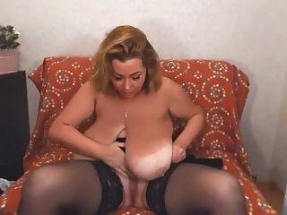 그녀의 거대한 가슴을 문지르다.