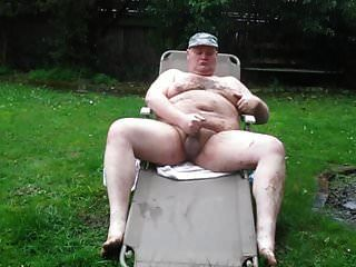 비와 진흙 속에있는 뚱뚱한 남자