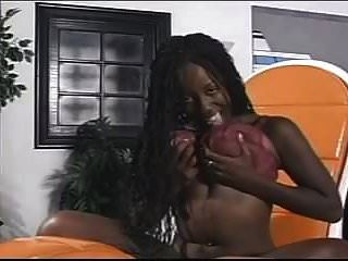 검은 여자는 알몸으로 그녀의 음부와 재생