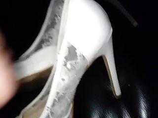 버릇없는 여자 결혼식에서 처음으로 질내 사정 발 뒤꿈치