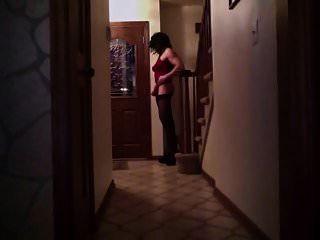 그녀의 하이힐에서 피자 배달을 기다리는 CD 애슐리!