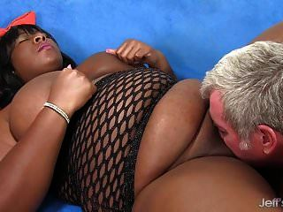 검은 색 bbw 다프네 대니얼스는 뚱뚱한 몸매를 가진 남자를 기쁘게합니다.