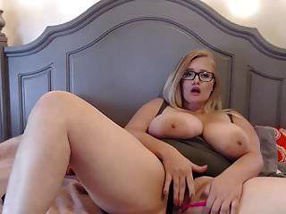 거대한 가슴을 가진 귀여운 뚱뚱한 안경 소녀