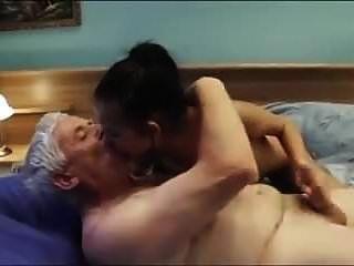 늙은이가 멋진 가슴과 섹시한 젊은 에스코트 소녀를 부른다.
