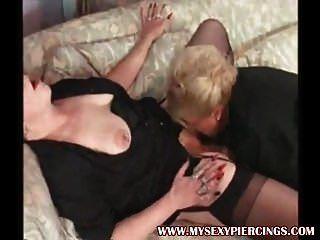 내 섹시한 피어싱 2 개 스타킹에 레즈비언 할머니를 찔렀다.
